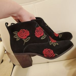 NWOT Lucky Brand red Rose's embroidered boots, 9,5